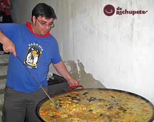 Aquí estoy yo cocinando la paella