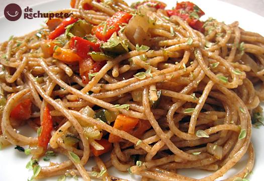 Espaguetis con paté y verduras