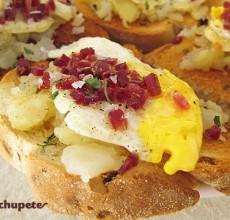 Tosta de huevos rotos o estrellados con jamón