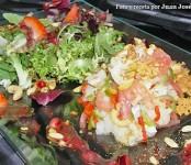 Receta de ensalada de bacalao sobre lechuga