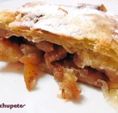 Strudel o Apfelstrudel de manzana, nueces y piñones.