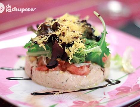 Ensalada de marisco con brotes de lechuga, tomate y huevo hilado