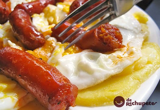 Receta de huevos rotos con txistorra