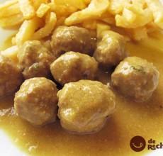 Albóndigas con salsa de curry y patatas fritas. Receta paso a paso.