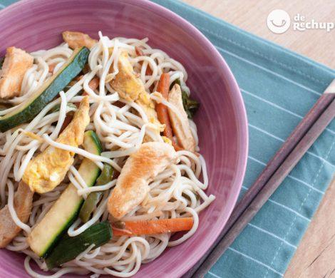 Noodles o fideos de arroz con pollo y verduras