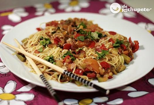 Fideos chinos con verduras, bacon y toque de mostaza Dijon