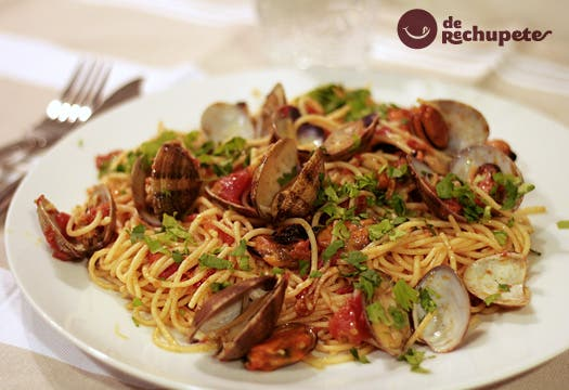 Espaguetis con almejas. Receta italiana.