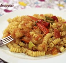 Pasta con verduras y langostinos al curry