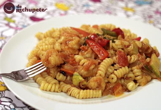 Pasta con verduras y langostinos al curry y mandarina