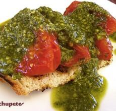 Tomates asados sobre brioche con salsa de pesto verde