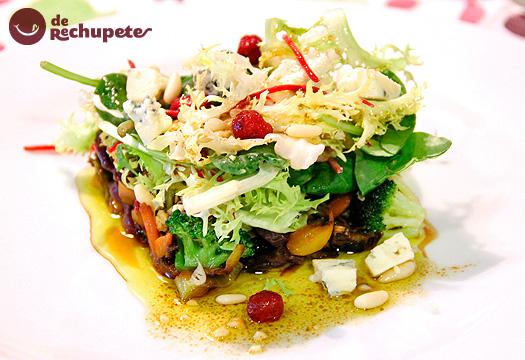 Ensalada templada al wok con queso azul Fourme d'Ambert y frutos secos.
