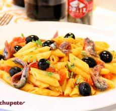 Macarrones con salsa de tomate, anchoas y aceitunas negras