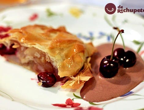 Strudel o Apfelstrudel de cerezas del Jerte y manzanas