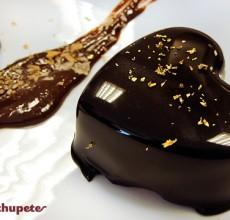 Mousse de chocolate con glaseado brillante o chocolate espejo