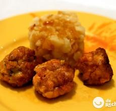 Albóndigas de salmón y langostinos con timbal de patata gallega
