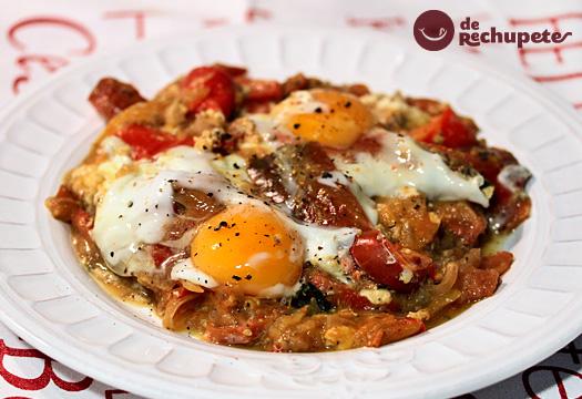 Shakshuka o Huevos rancheros en salsa de tomate