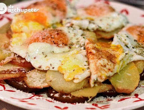 Huevos rotos o estrellados con tomate y queso Idiazabal