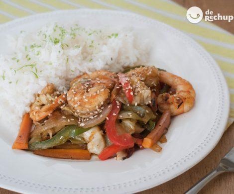 Verduras salteadas al wok con langostinos