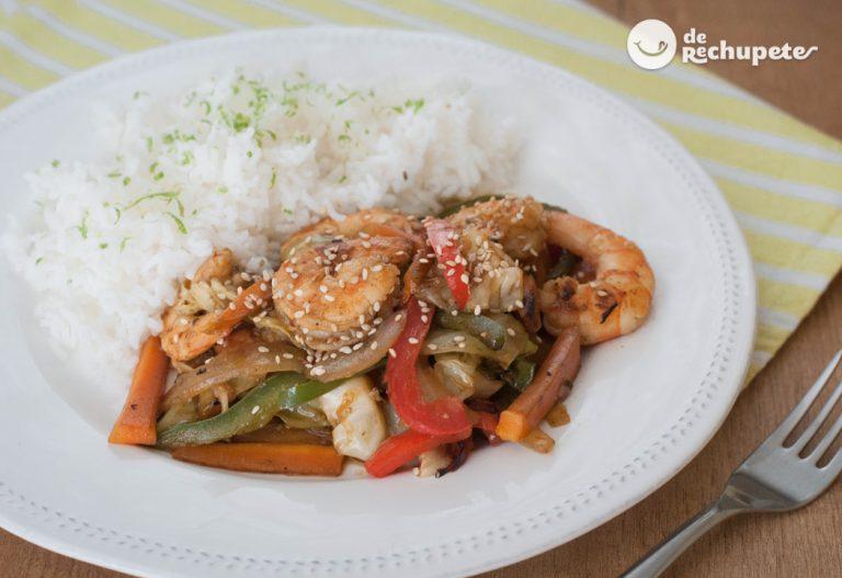 Verduras salteadas al wok con langostinos acompañado de arroz basmati