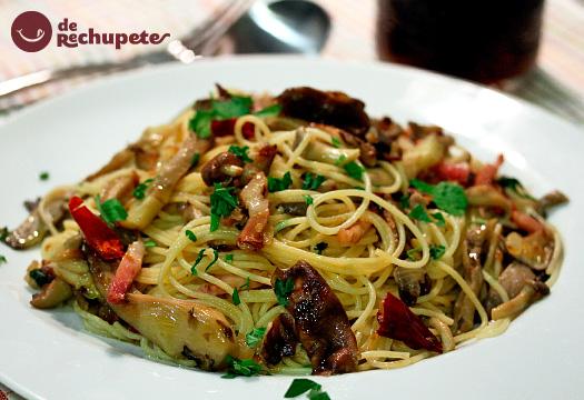 Espaguetis con setas y panceta