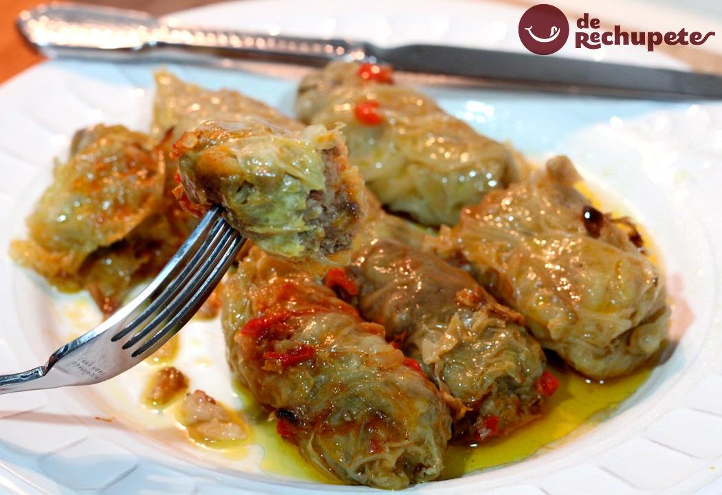 Sarmale o Rollitos de carne con hojas de repollo. Receta típica rumana