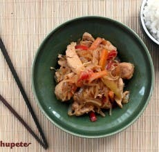 Chop suey de pollo con arroz blanco. Receta china
