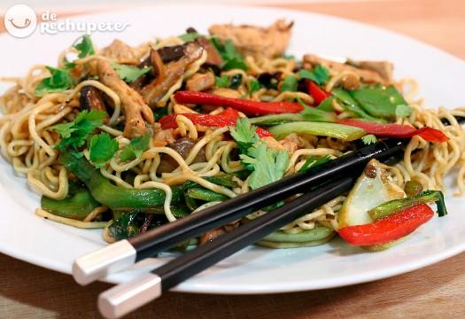 Fideos chinos fritos con pollo y verduras