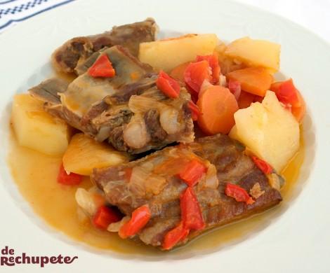Costillas de cerdo guisadas o estofadas con patatas. Receta sana y deliciosa