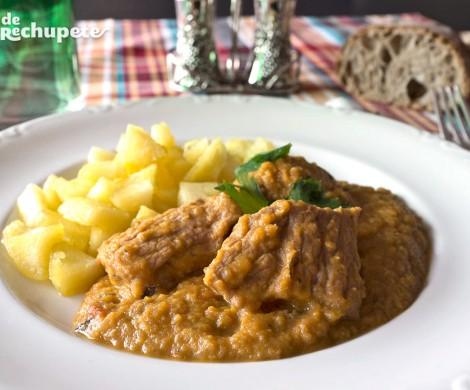 Carne guisada en salsa de verduras y miel