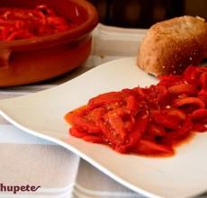 Asadillo manchego. Ensalada de pimientos asados y tomate