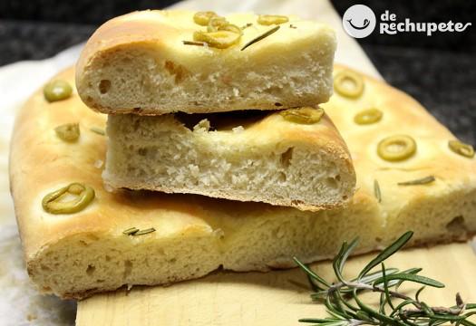 Focaccia italiana de aceitunas verdes y romero