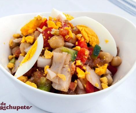 Ensalada de garbanzos con verduras y bacalao