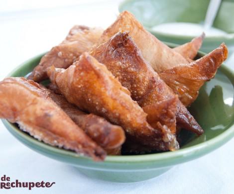 Samosas rellenas de pollo. Receta hindú con carne