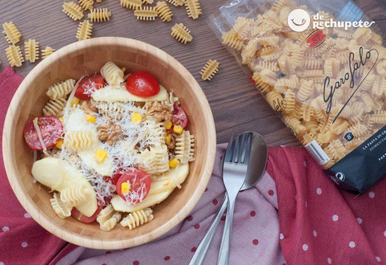 Ensalada de pasta con manzana y nueces