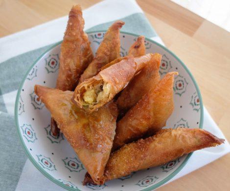 Samosas fritas y rellenas de verduras, patata y guisantes