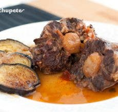 Rabo estofado a la cordobesa con berenjenas con miel. Receta tradicional andaluza