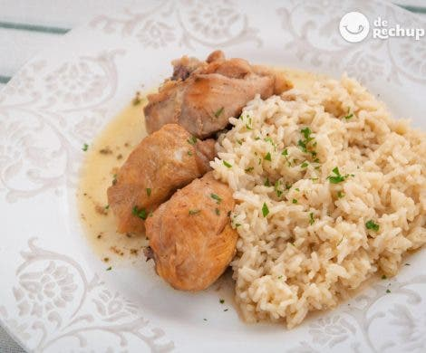Pollo guisado al vino blanco con arroz blanco. Receta fácil, sabrosa y barata
