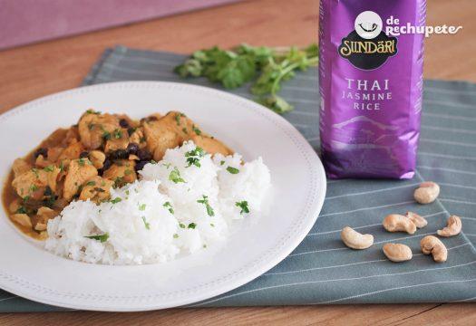 Pollo al curry con arroz thai