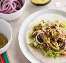 Tacos de langostinos con salsa de aguacate