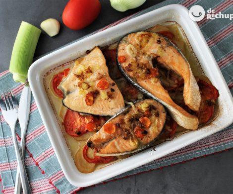 Salmón al horno con patatas y verduras