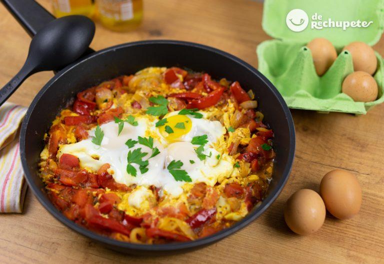 Shakshuka. Huevos con salsa de tomate