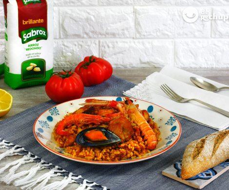 Paella mixta o arroz en paella de pollo y marisco