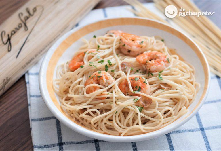 Espaguetis con gambas. Spaghettini con gambas, ajo y guindilla