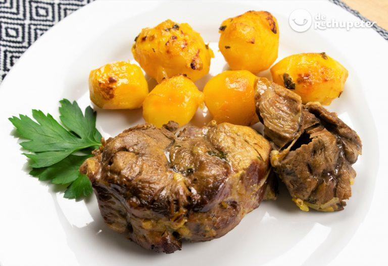 Jarrete asado al horno con patatas