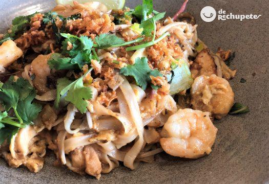 Pad Thai. Fideos de arroz salteados tailandeses