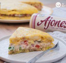 Tortilla rellena con atún, tomate, lechuga y ajonesa