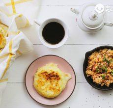 Arepas rellenas de queso y huevos pericos