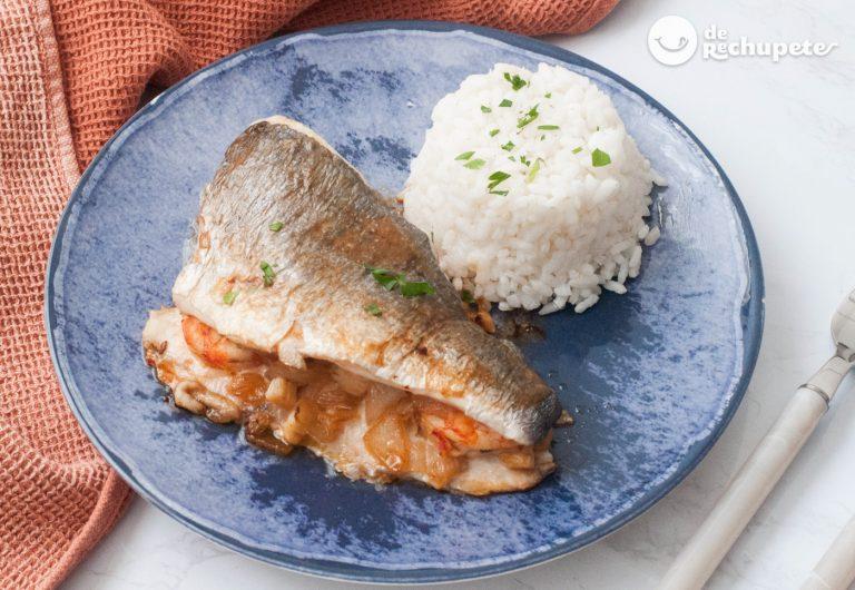 Dorada rellena con gambas y verduras acompañada de arroz blanco