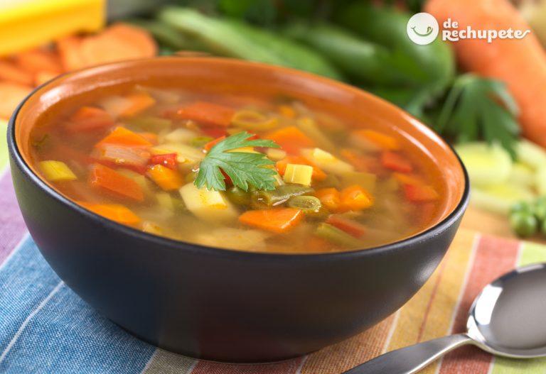 Sopa de verduras en juliana. Sopa tradicional