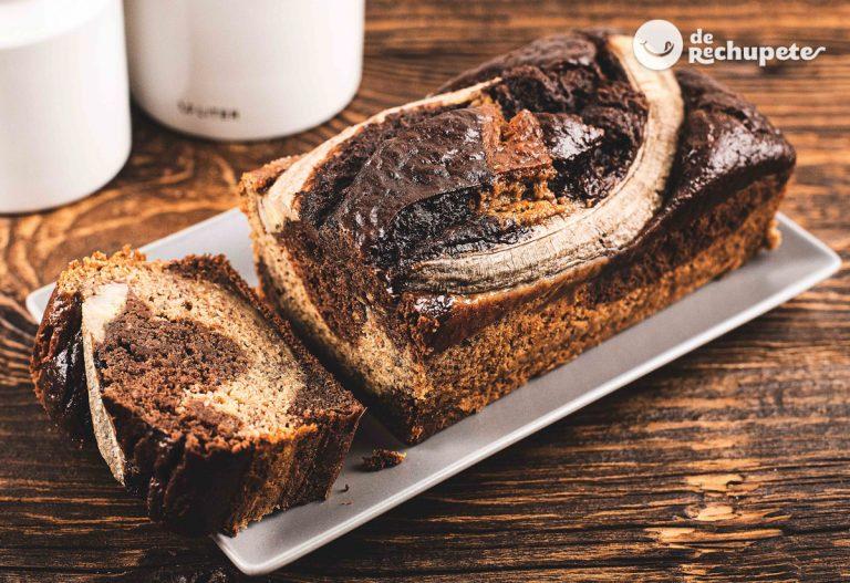 Bizcocho de plátano marmolado. Bizcocho de chocolate estilo banana bread